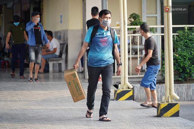 Ảnh: Người dân từ thành phố đổ về quê nghỉ lễ, các bến xe Hà Nội và Sài Gòn đông đúc sau thời gian giãn cách xã hội-23