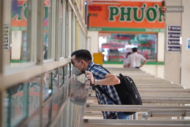 Ảnh: Người dân từ thành phố đổ về quê nghỉ lễ, các bến xe Hà Nội và Sài Gòn đông đúc sau thời gian giãn cách xã hội-24