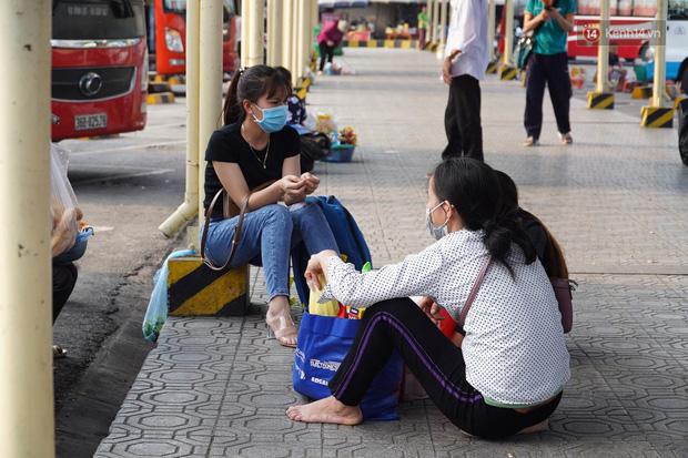 Ảnh: Người dân từ thành phố đổ về quê nghỉ lễ, các bến xe Hà Nội và Sài Gòn đông đúc sau thời gian giãn cách xã hội-25
