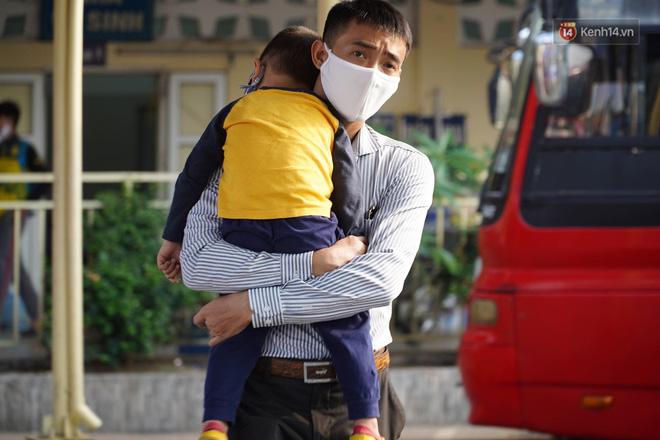 Ảnh: Người dân từ thành phố đổ về quê nghỉ lễ, các bến xe Hà Nội và Sài Gòn đông đúc sau thời gian giãn cách xã hội-27