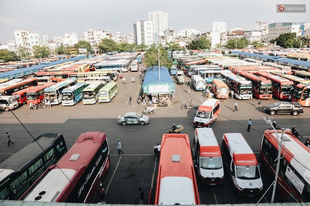 Ảnh: Người dân từ thành phố đổ về quê nghỉ lễ, các bến xe Hà Nội và Sài Gòn đông đúc sau thời gian giãn cách xã hội-29