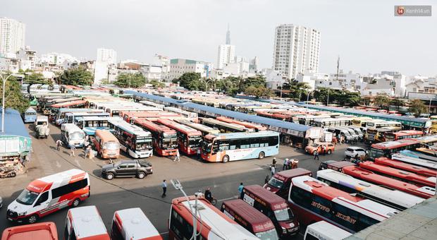 Ảnh: Người dân từ thành phố đổ về quê nghỉ lễ, các bến xe Hà Nội và Sài Gòn đông đúc sau thời gian giãn cách xã hội-30