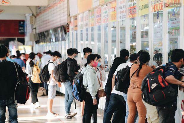 Ảnh: Người dân từ thành phố đổ về quê nghỉ lễ, các bến xe Hà Nội và Sài Gòn đông đúc sau thời gian giãn cách xã hội-31