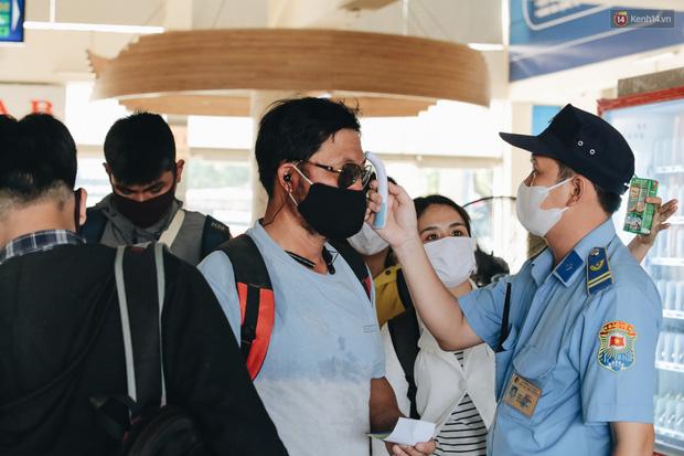 Ảnh: Người dân từ thành phố đổ về quê nghỉ lễ, các bến xe Hà Nội và Sài Gòn đông đúc sau thời gian giãn cách xã hội-33