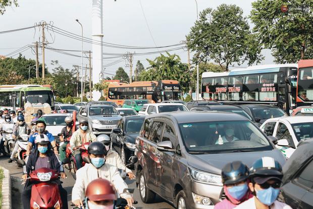 Ảnh: Người dân từ thành phố đổ về quê nghỉ lễ, các bến xe Hà Nội và Sài Gòn đông đúc sau thời gian giãn cách xã hội-34