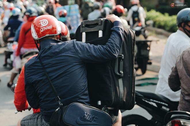 Ảnh: Người dân từ thành phố đổ về quê nghỉ lễ, các bến xe Hà Nội và Sài Gòn đông đúc sau thời gian giãn cách xã hội-35