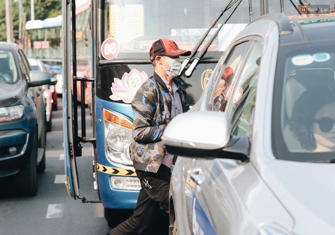 Ảnh: Người dân từ thành phố đổ về quê nghỉ lễ, các bến xe Hà Nội và Sài Gòn đông đúc sau thời gian giãn cách xã hội-36