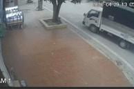 Dừng xe tải bên đường, 2 thanh niên có hành động bất ngờ khiến tất cả kinh ngạc, chủ nhà sau đó đã tung clip tố cáo