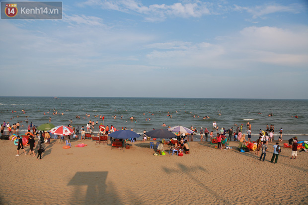 Ảnh: Biển Sầm Sơn ken đặc người vui chơi, tắm biển ngày 30/4-2