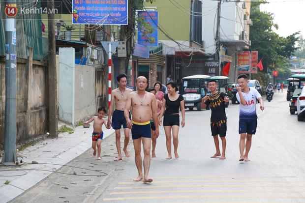 Ảnh: Biển Sầm Sơn ken đặc người vui chơi, tắm biển ngày 30/4-5