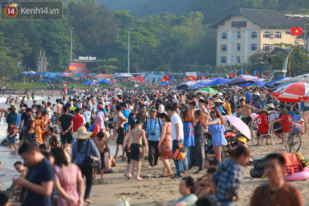 Ảnh: Biển Sầm Sơn ken đặc người vui chơi, tắm biển ngày 30/4-7