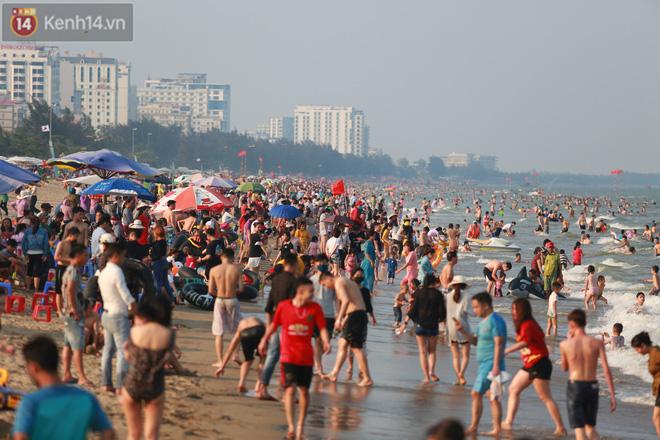 Ảnh: Biển Sầm Sơn ken đặc người vui chơi, tắm biển ngày 30/4-8
