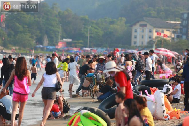 Ảnh: Biển Sầm Sơn ken đặc người vui chơi, tắm biển ngày 30/4-11
