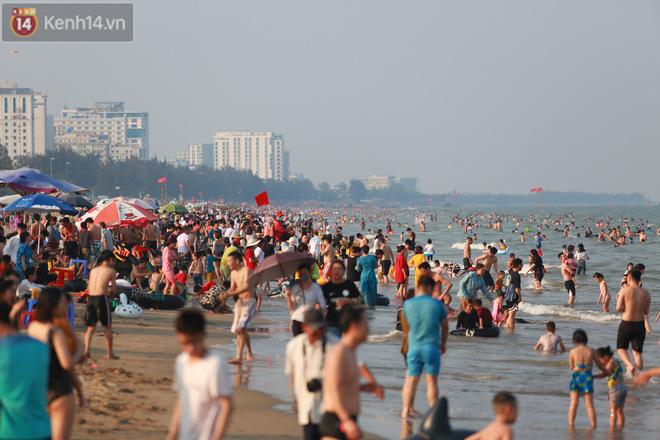 Ảnh: Biển Sầm Sơn ken đặc người vui chơi, tắm biển ngày 30/4-13