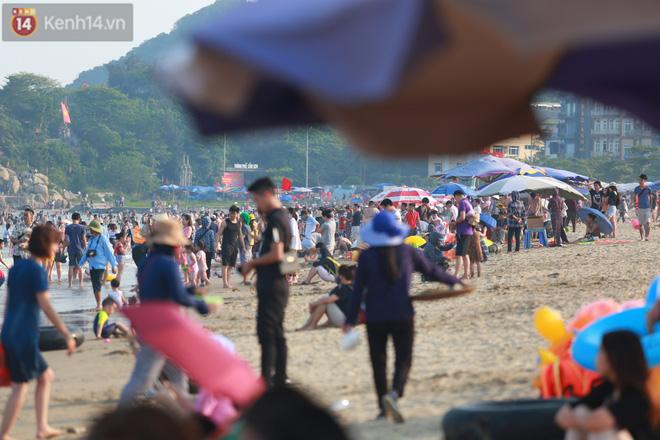 Ảnh: Biển Sầm Sơn ken đặc người vui chơi, tắm biển ngày 30/4-14