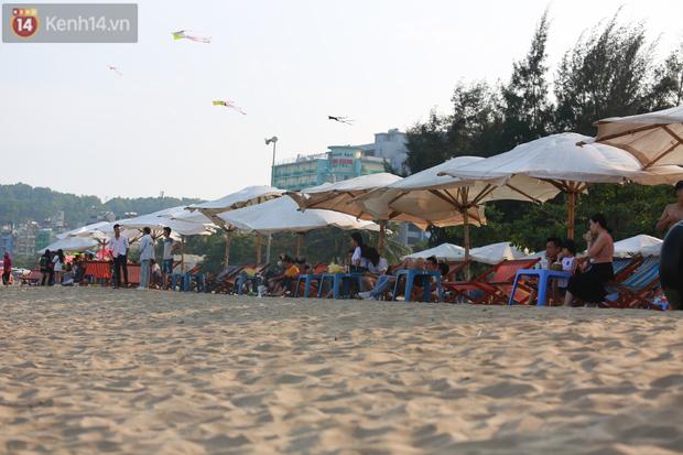Ảnh: Biển Sầm Sơn ken đặc người vui chơi, tắm biển ngày 30/4-15