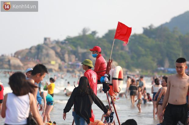 Ảnh: Biển Sầm Sơn ken đặc người vui chơi, tắm biển ngày 30/4-16