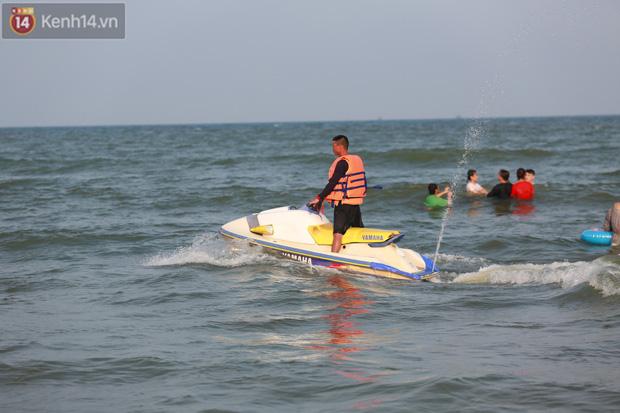 Ảnh: Biển Sầm Sơn ken đặc người vui chơi, tắm biển ngày 30/4-17