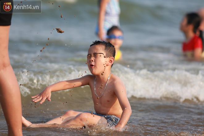 Ảnh: Biển Sầm Sơn ken đặc người vui chơi, tắm biển ngày 30/4-18