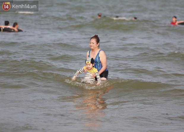 Ảnh: Biển Sầm Sơn ken đặc người vui chơi, tắm biển ngày 30/4-22