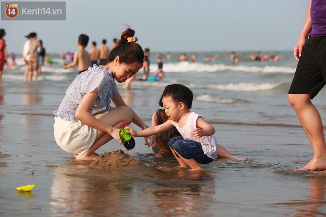 Ảnh: Biển Sầm Sơn ken đặc người vui chơi, tắm biển ngày 30/4-20