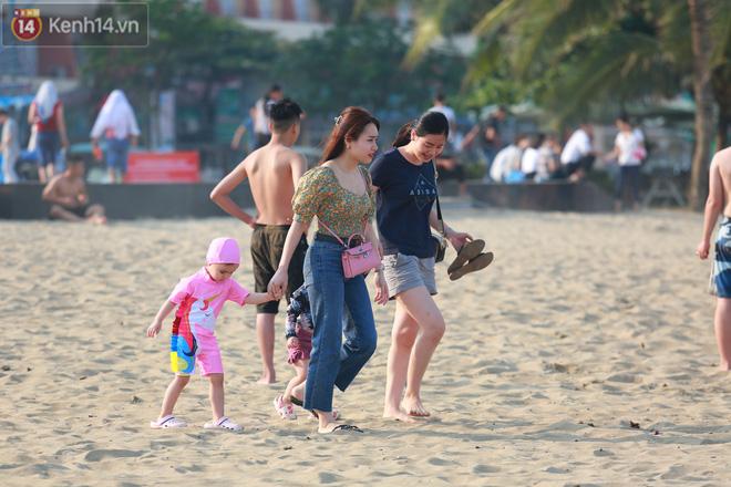 Ảnh: Biển Sầm Sơn ken đặc người vui chơi, tắm biển ngày 30/4-21