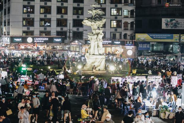 Chợ đêm Đà Lạt đông kinh hoàng, khách du lịch ngồi la liệt để ăn uống dịp nghỉ lễ-1