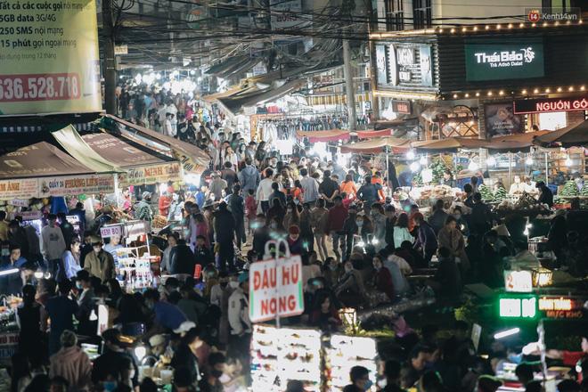 Chợ đêm Đà Lạt đông kinh hoàng, khách du lịch ngồi la liệt để ăn uống dịp nghỉ lễ-2