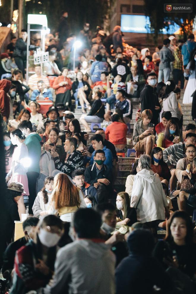 Chợ đêm Đà Lạt đông kinh hoàng, khách du lịch ngồi la liệt để ăn uống dịp nghỉ lễ-3