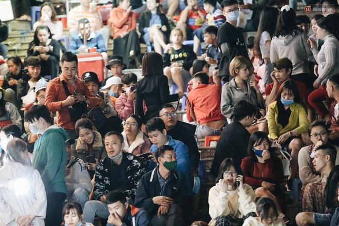 Chợ đêm Đà Lạt đông kinh hoàng, khách du lịch ngồi la liệt để ăn uống dịp nghỉ lễ-4