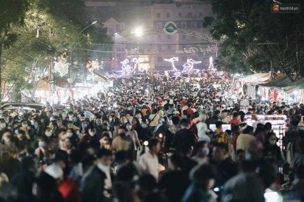 Chợ đêm Đà Lạt đông kinh hoàng, khách du lịch ngồi la liệt để ăn uống dịp nghỉ lễ-5