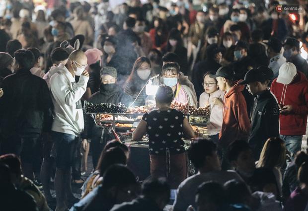 Chợ đêm Đà Lạt đông kinh hoàng, khách du lịch ngồi la liệt để ăn uống dịp nghỉ lễ-6