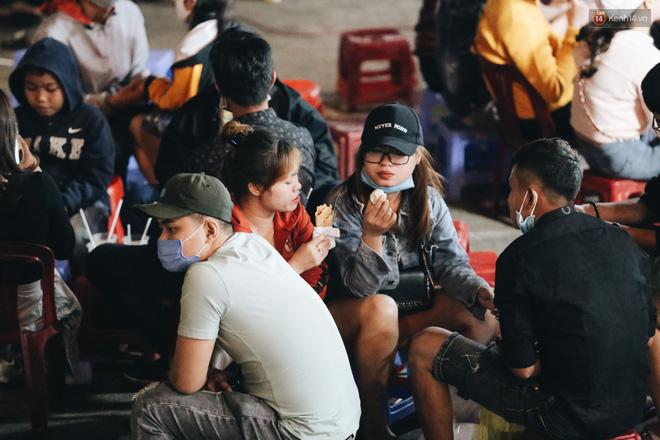 Chợ đêm Đà Lạt đông kinh hoàng, khách du lịch ngồi la liệt để ăn uống dịp nghỉ lễ-7