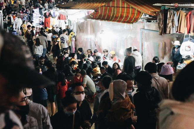 Chợ đêm Đà Lạt đông kinh hoàng, khách du lịch ngồi la liệt để ăn uống dịp nghỉ lễ-8