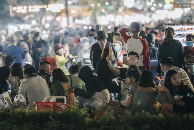 Chợ đêm Đà Lạt đông kinh hoàng, khách du lịch ngồi la liệt để ăn uống dịp nghỉ lễ-9