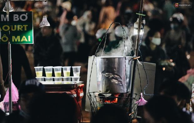 Chợ đêm Đà Lạt đông kinh hoàng, khách du lịch ngồi la liệt để ăn uống dịp nghỉ lễ-10