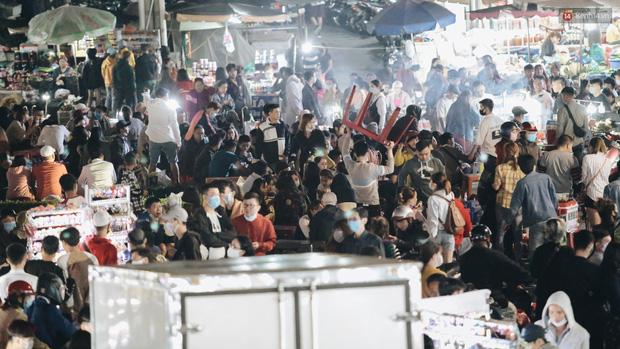 Chợ đêm Đà Lạt đông kinh hoàng, khách du lịch ngồi la liệt để ăn uống dịp nghỉ lễ-11