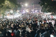 Chợ đêm Đà Lạt đông kinh hoàng, khách du lịch ngồi la liệt để ăn uống dịp nghỉ lễ