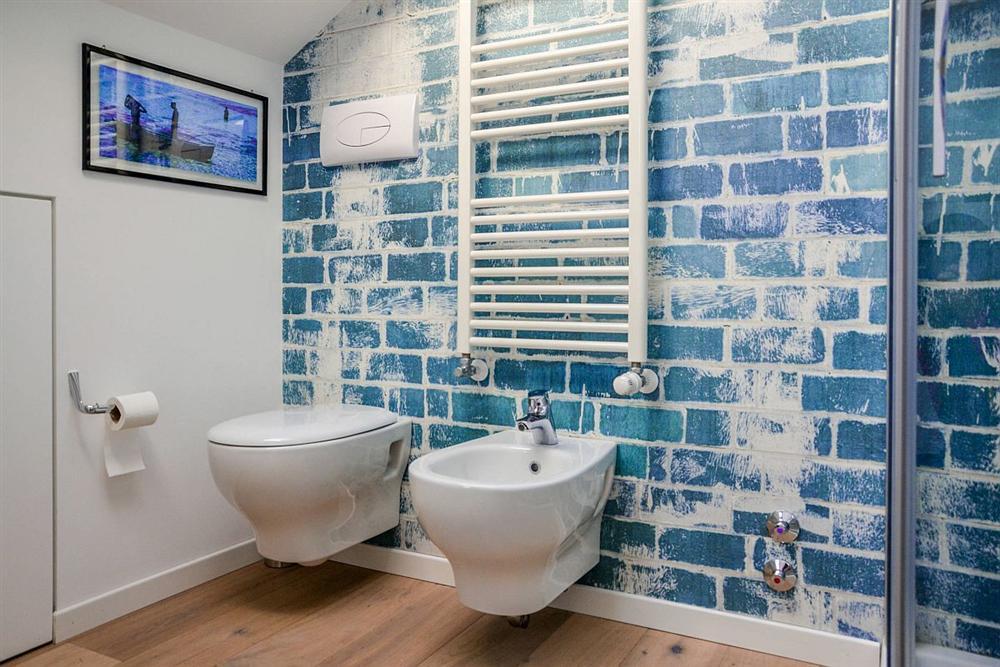 Gam màu xanh và trắng: Bộ đôi hợp thời trang và vượt thời gian cho phòng tắm nhà bạn-3