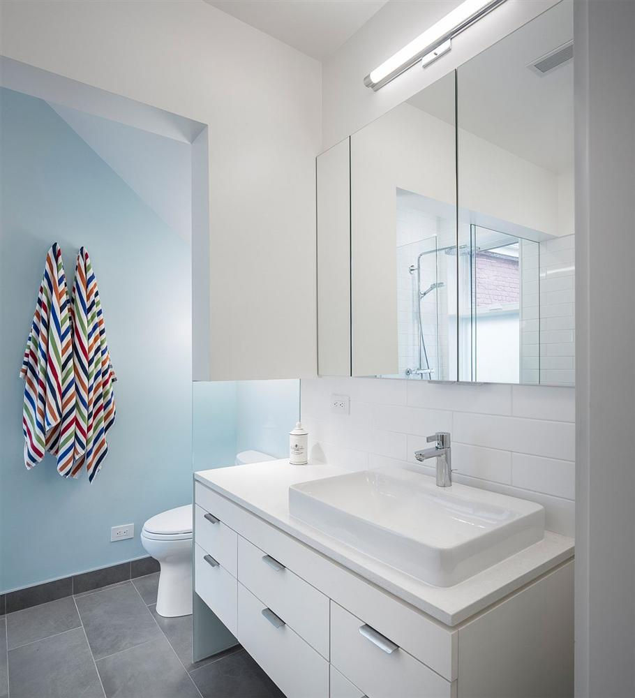 Gam màu xanh và trắng: Bộ đôi hợp thời trang và vượt thời gian cho phòng tắm nhà bạn-8