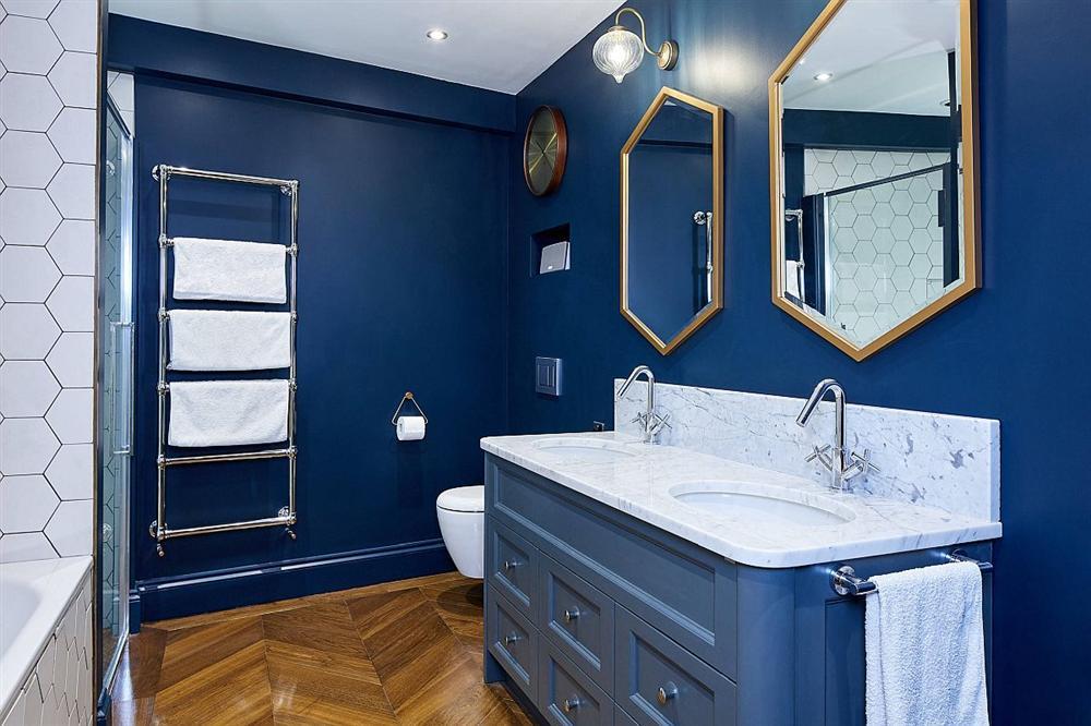 Gam màu xanh và trắng: Bộ đôi hợp thời trang và vượt thời gian cho phòng tắm nhà bạn-11