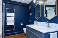Gam màu xanh và trắng: Bộ đôi hợp thời trang và vượt thời gian cho phòng tắm nhà bạn