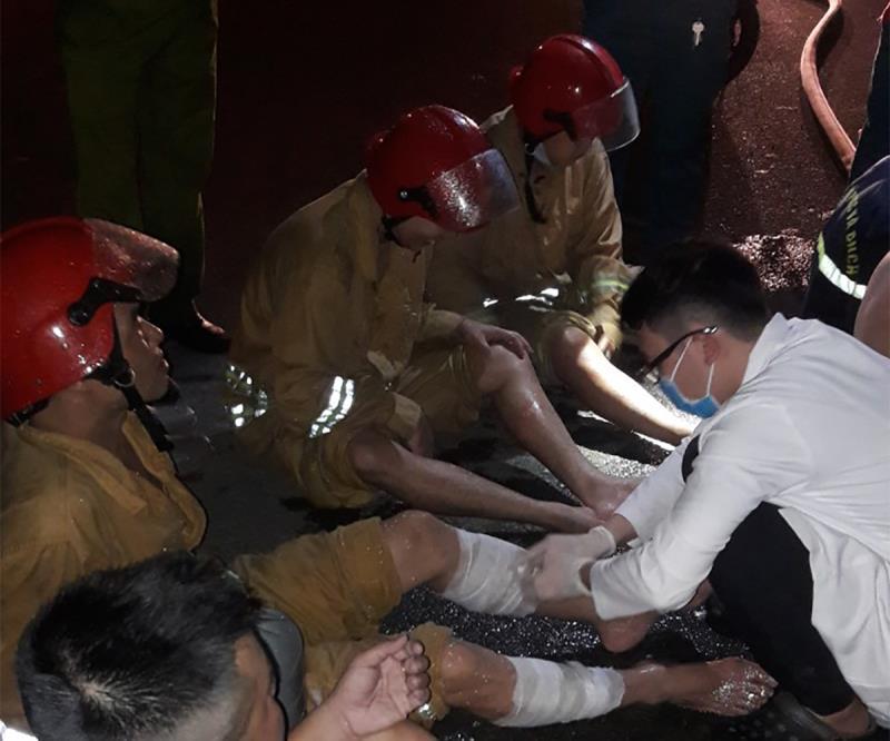 Nhiều lính cứu hỏa bị thương khi chữa cháy trong khu chế xuất Tân Thuận-1