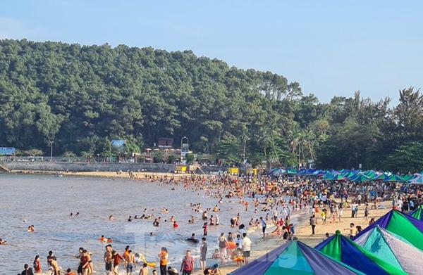 Nghìn người chen nhau tắm biển Đồ Sơn sau chuỗi ngày giãn cách xã hội-1