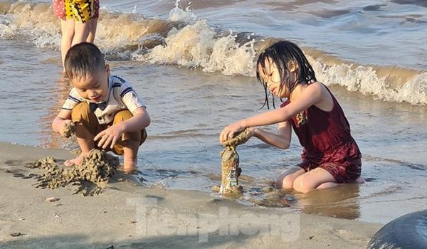 Nghìn người chen nhau tắm biển Đồ Sơn sau chuỗi ngày giãn cách xã hội-3