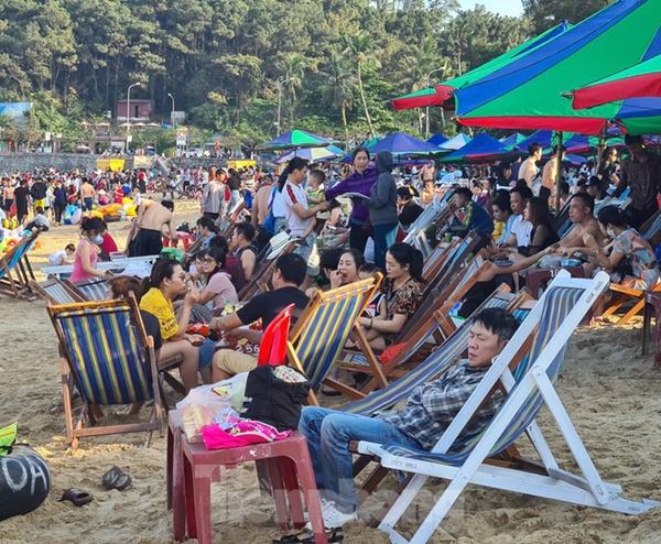 Nghìn người chen nhau tắm biển Đồ Sơn sau chuỗi ngày giãn cách xã hội-4