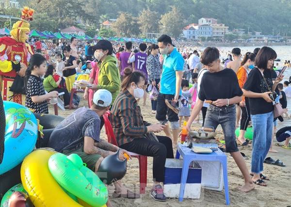 Nghìn người chen nhau tắm biển Đồ Sơn sau chuỗi ngày giãn cách xã hội-5