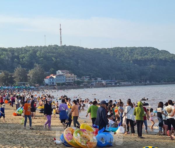 Nghìn người chen nhau tắm biển Đồ Sơn sau chuỗi ngày giãn cách xã hội-6