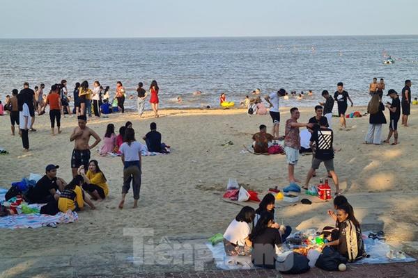 Nghìn người chen nhau tắm biển Đồ Sơn sau chuỗi ngày giãn cách xã hội-9