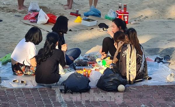 Nghìn người chen nhau tắm biển Đồ Sơn sau chuỗi ngày giãn cách xã hội-10